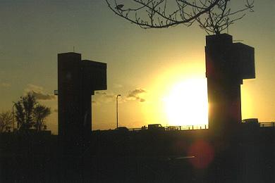 「夕焼けを見ている3つの柱」新井 倖生 さん